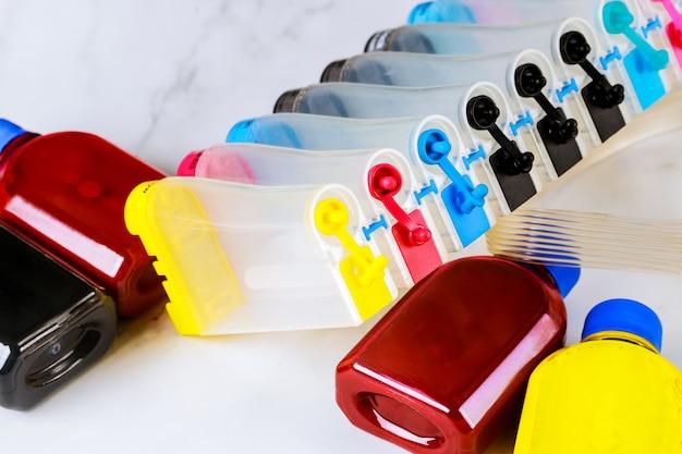 Kolorowe zbiorniki na drukarkach atramentowych w dużych maszynach