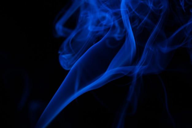 Kolorowe zbliżenie dymu na czarnym tle