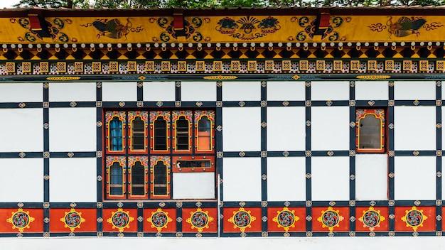 Kolorowe zdobione ściany i okna w stylu bhutańskim.
