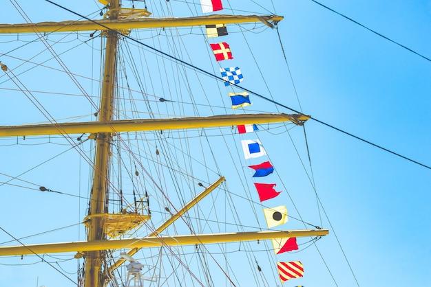 Kolorowe żeglarskie flagi pływające na wietrze