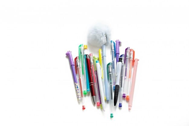 Kolorowe żel i długopisy na białym tle