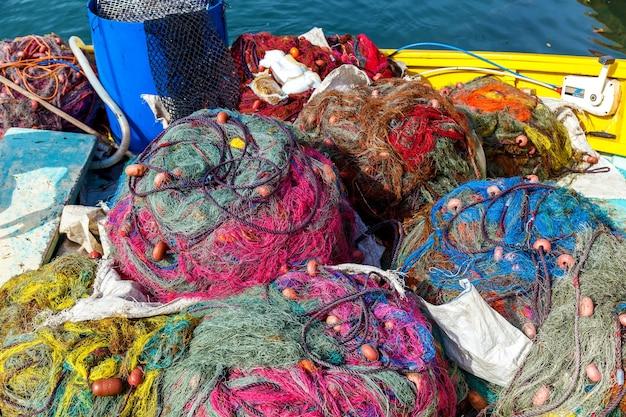 Kolorowe złożone siatki leżały na pokładzie łodzi w słoneczny dzień.