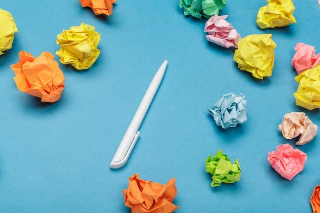 Kolorowe zmięte kulki papieru