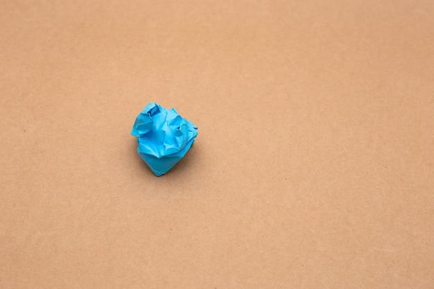Kolorowe zmięte papierowe kulki