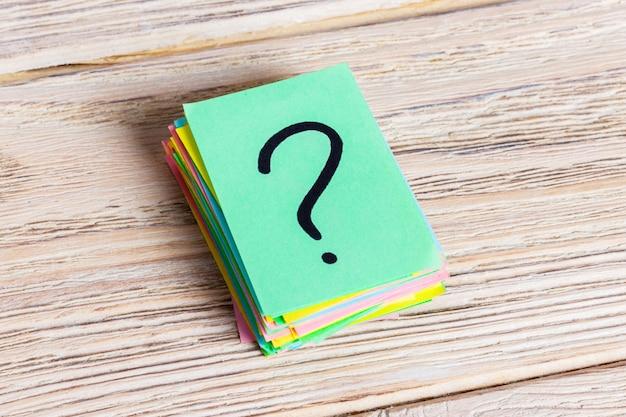Kolorowe znaki zapytania pisane przypomnienia biletów. zapytaj lub pomysł na biznes