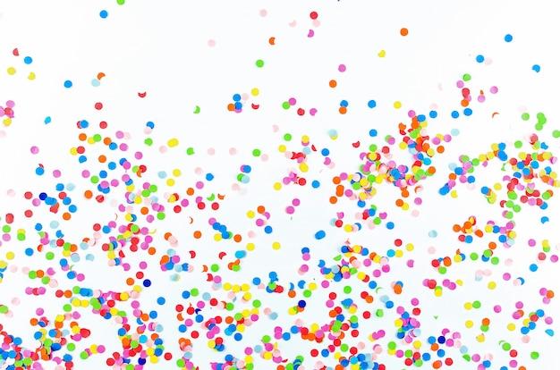 Kolorowi asortowani confetti z serpentyną na białym tle