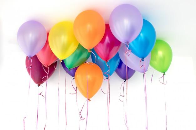 Kolorowi balony na białym tle