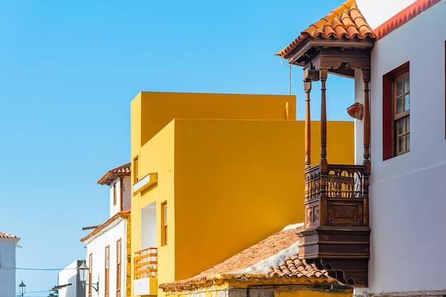Kolorowi budynki na wąskiej ulicie w hiszpańskim grodzkim garachico na słonecznym dniu, tenerife, wyspy kanaryjska, hiszpania
