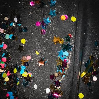 Kolorowi confetti na podłoga po przyjęcia