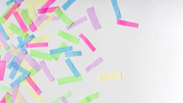 Kolorowi confetti na szarym tle z kopii przestrzenią