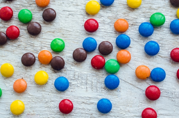 Kolorowi cukierki na białym tle