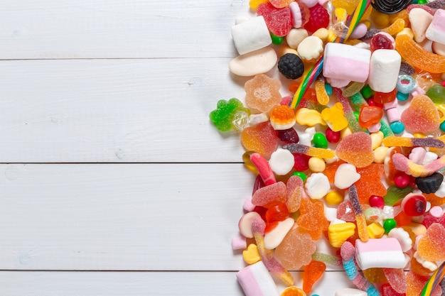 Kolorowi cukierki na drewnianym