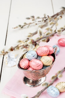 Kolorowi czekoladowi easter jajka w metal wazie