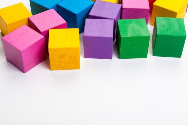 Kolorowi drewniani elementy odizolowywający na białym tle