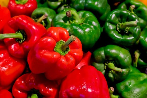 Kolorowi dzwonkowi pieprze z zielonymi i czerwonymi kolorami, naturalny tło