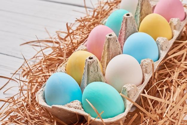 Kolorowi easter jajka w papierowej tacy zakończeniu up