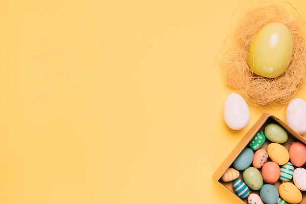 Kolorowi easter jajka z kopii przestrzenią dla pisać tekscie na żółtym tle