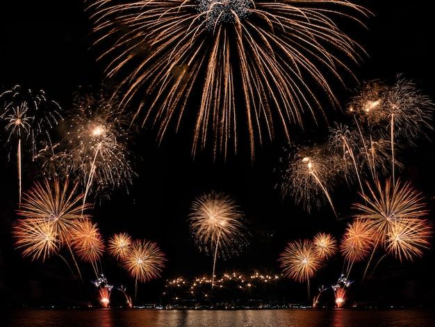 Kolorowi fajerwerki na czarnym nieba tle z copyspace. świętowanie i rocznica