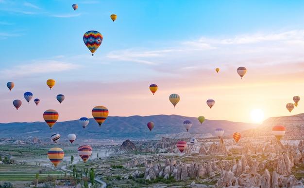 Kolorowi gorące powietrze balony lata nad skała krajobrazem przy cappadocia turcja