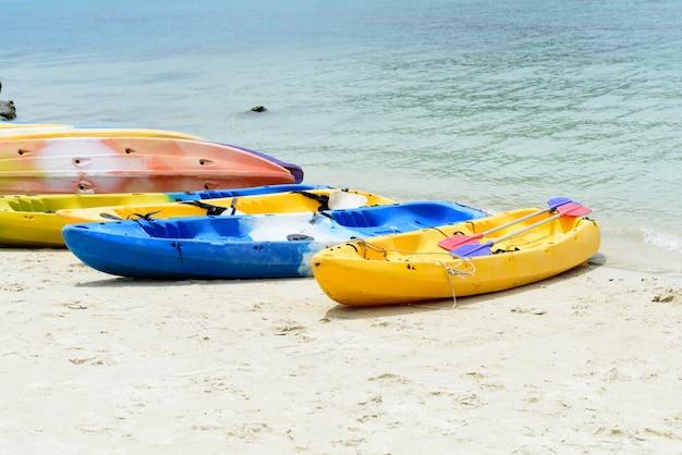Kolorowi kajaki na białej piasek plaży w słonecznym dniu, tajlandia