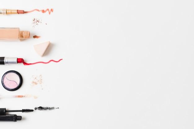Kolorowi kosmetyki układający na szarym tle