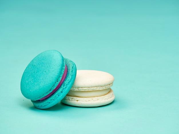 Kolorowi macarons na błękitnym tle
