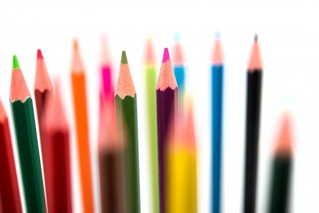 Kolorowi ołówki na białym tle