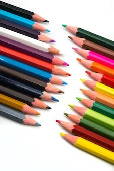 Kolorowi ołówki na bielu