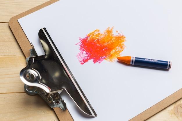 Kolorowi ołówki na drewnianym stole
