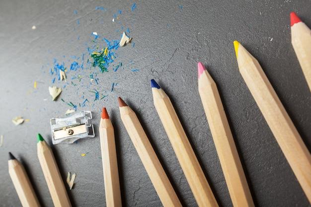 Kolorowi ołówki na popielatym kamiennym tle