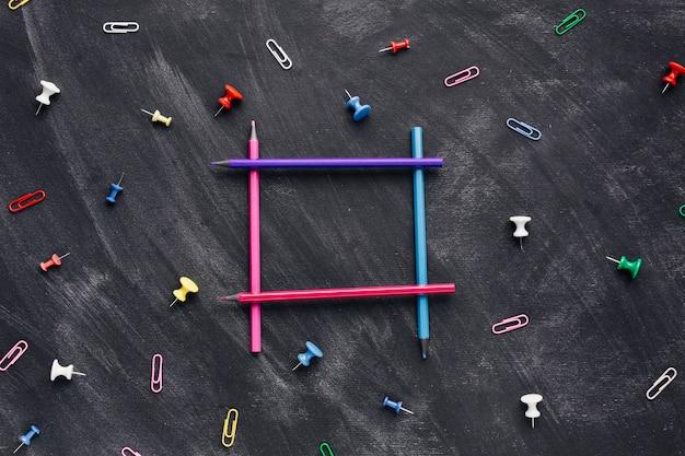 Kolorowi ołówki w kształcie kwadrat na ciemnym tle
