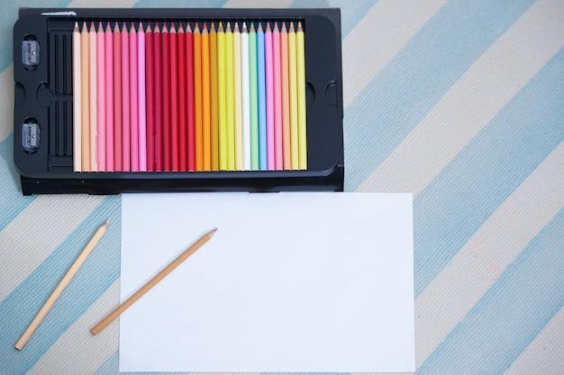 Kolorowi ołówki w pudełku na podłoga
