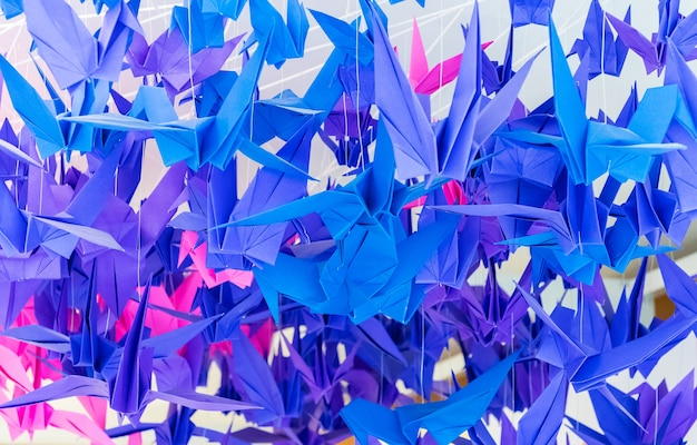 Kolorowi papierowi ptaki wiesza wpólnie