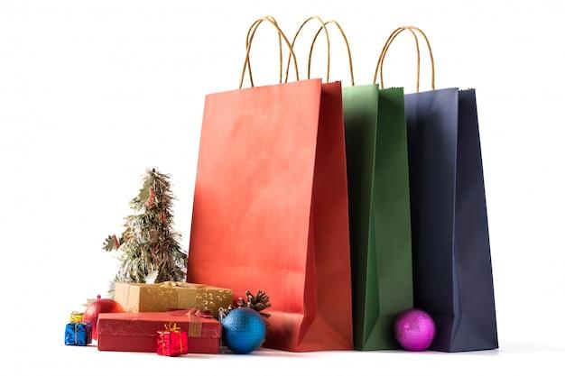 Kolorowi papierowi torba na zakupy z prezentów pudełkami i bożenarodzeniowa dekoracja na białym tle