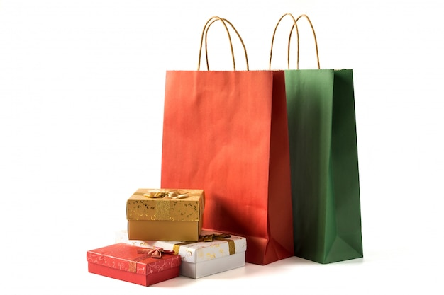 Kolorowi papierowi torba na zakupy z prezentów pudełkami na białym tle