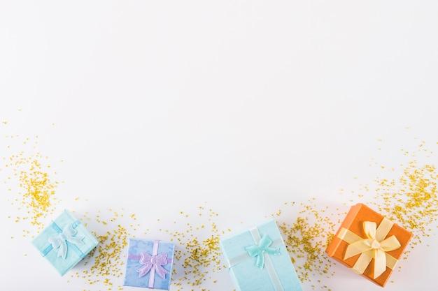 Kolorowi prezenty na białym tle