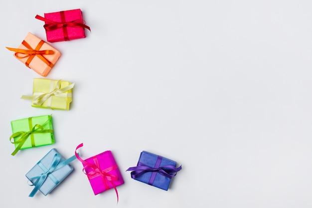 Kolorowi prezenty na stole z kopii przestrzenią
