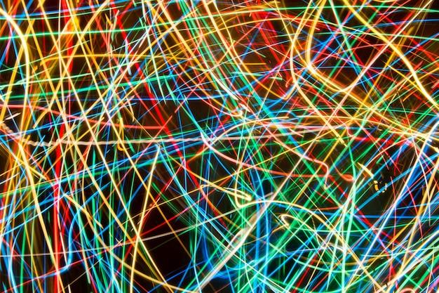 Kolorowi światła na długim ujawnieniu z ruchu tłem