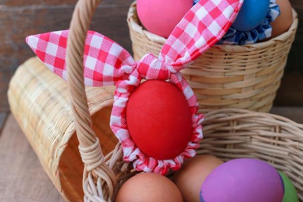 Kolorowi wielkanocni jajka na drewnianym