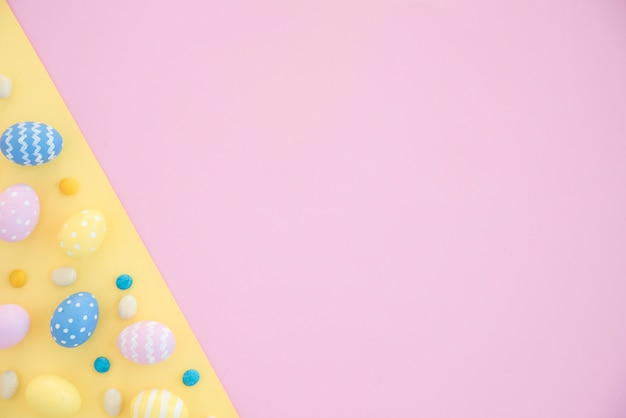 Kolorowi wielkanocni jajka na jaskrawym stole