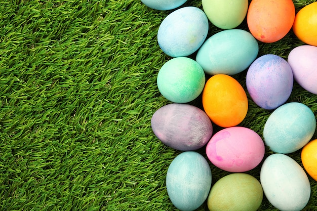 Kolorowi wielkanocni jajka na trawy tle
