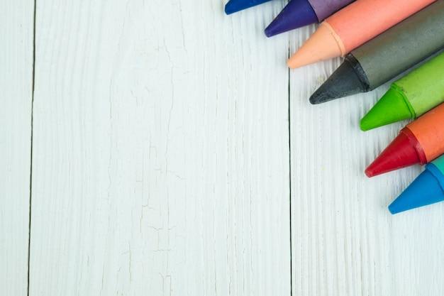 Kolorowi wosk kredek ołówki na białym drewnie