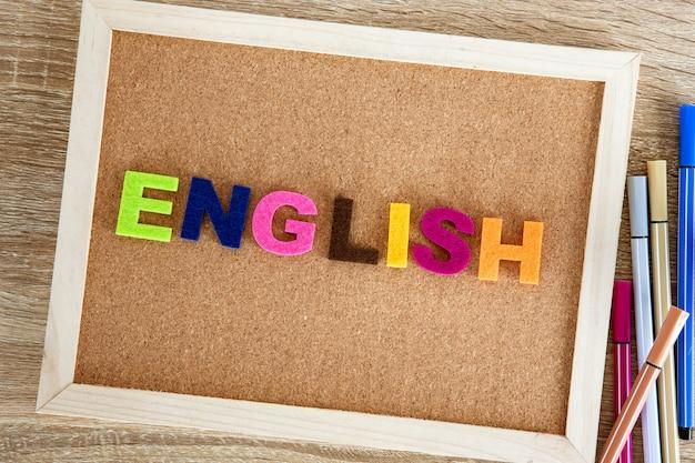 Kolorowy alfabet angielski po angielsku na tablicy korkowej