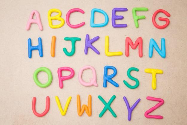 Kolorowy alfabet od a do z na brązowym tle