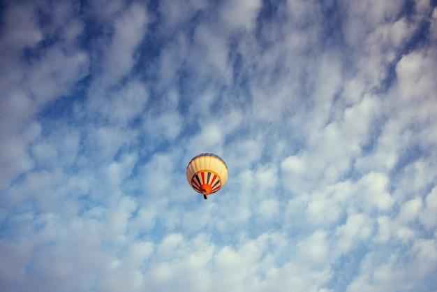 Kolorowy balon na niebieskim niebie.