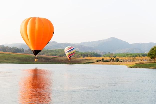 Kolorowy balon na ogrzane powietrze latający w parku przyrody i ogrodzie. aktywność na świeżym powietrzu i podróże po tajlandii.