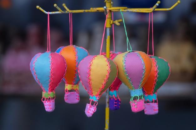 Kolorowy balon-zabawka z bliska jako pamiątki turystyczne na targach ulicznych w kapadocji. selektywna ostrość