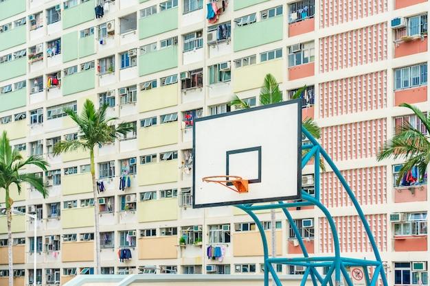 Kolorowy boisko do koszykówki w choi hung najstarszych osiedli mieszkaniowych w hong kongu