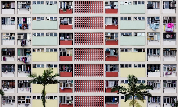 Kolorowy budynek mieszkalny w hong kongu