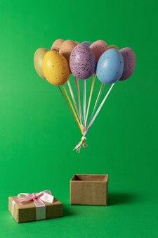 Kolorowy bukiet balonów pisanka z pudełko na zielono.